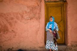 die Großmutter Aisha vor der haustur