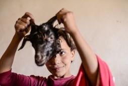 Nadja spielt mit einem Ziegenkopf
