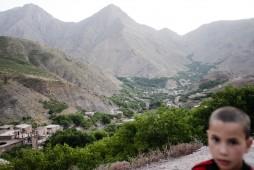 Abdu und sein Dorf im hintergrund