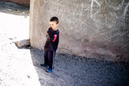 Kind im Dorf